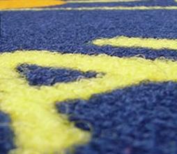foto di zerbino intarsiato fondo azxurro con lettere gialle