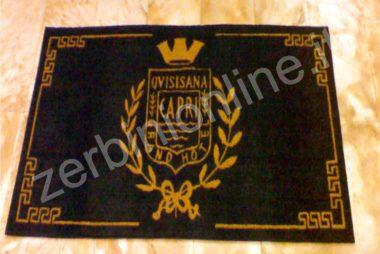 tappeto fondo nero e scritte beige quisisana capri, zerbini personalizzati, tappeti su misura, zerbino personalizzato, napoli, tappeti personalizzati.